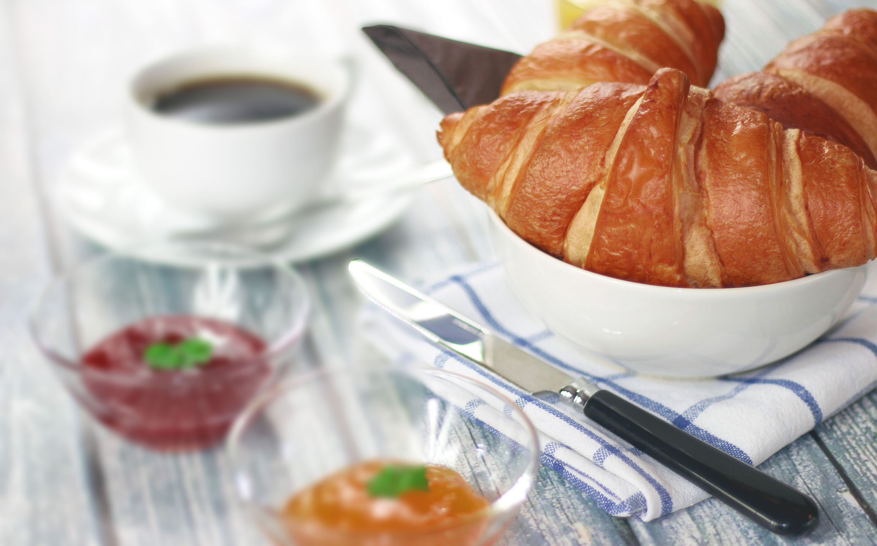 breakfast-coffee-croissant_re